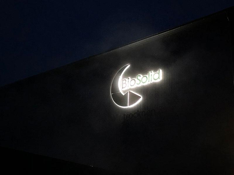 Werbeanlage an einer Halle. Einzelbuchstaben LED-Rückleuchter, Lichtwerbung.